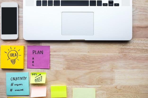 Marketing, planification des concepts d'idées avec ordinateur portable et papier à lettres sur table en bois.