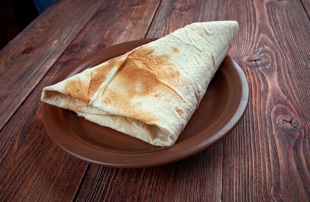 Markook - pain plat commun dans les pays du levant. yufka est un pain turc. c'est un pain plat mince, rond et sans levain semblable au lavash