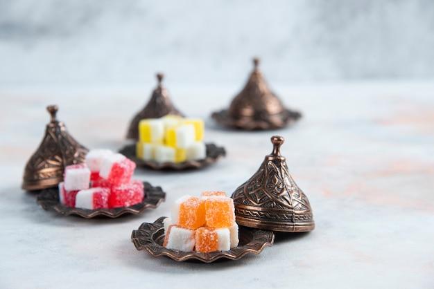 Marmelade colorée. collations sucrées sur table