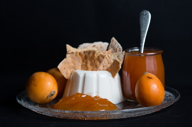 Marmelade de nèfle avec du fromage frais et des craquelins