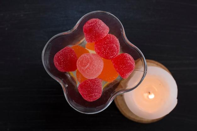 Marmelades rouges et jaunes dans une tasse en verre, vue du dessus