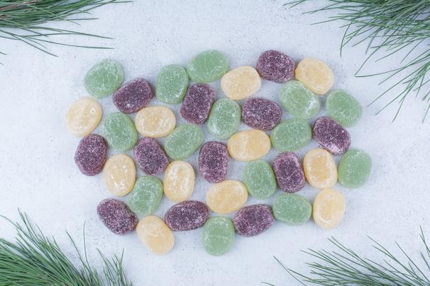 Marmelades sucrées multicolores sur fond de marbre.