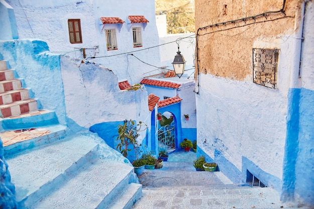 Le maroc est la ville bleue de chefchaouen, des rues interminables peintes en bleu. beaucoup de fleurs et de souvenirs dans de belles rues