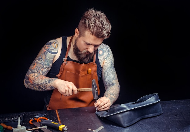 Maroquinier fabrique des produits de qualité