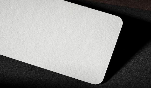 Marquage abstrait en carton blanc