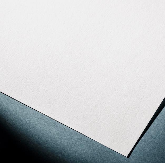 Marquage en gros plan sur papier blanc texturé