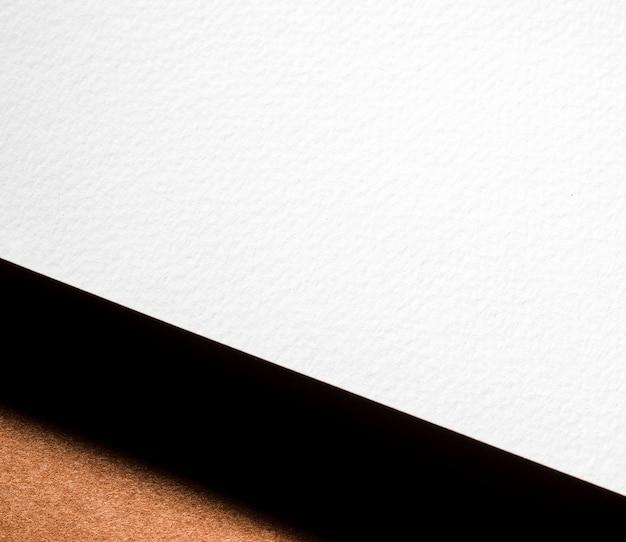 Marquage en gros plan sur papier texturé blanc