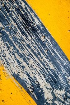 Marquage routier rayé jaune sur asphalte noir