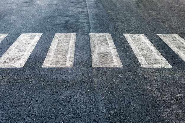 Marquage de surface de route et concept de trafic - gros plan de passage pour piétons