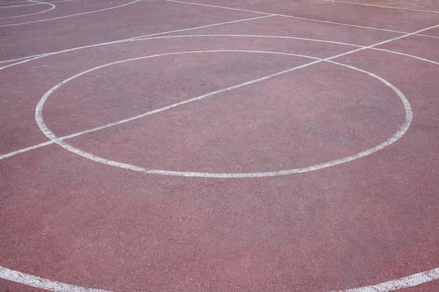 Marquage sur un terrain de basket de rue rouge