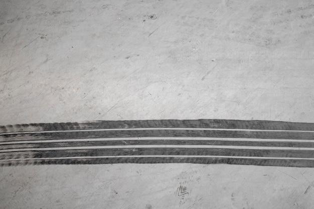 Marque de pneu sur route en béton avec espace copie