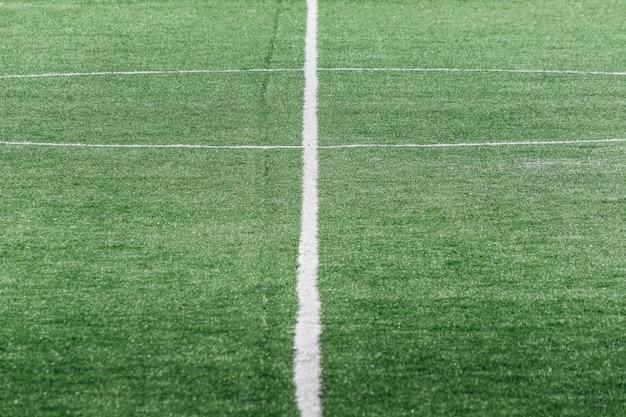 Marques blanches sur un terrain de football