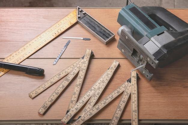 Marqueur de règle pliante pour scie sauteuse électrique remplaçable pour scies électriques sur un stratifié dans l'atelier