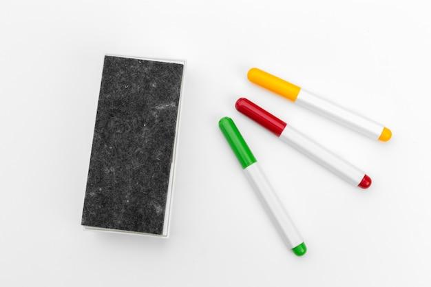 Marqueur de tableau blanc sur une surface blanche