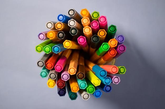 Marqueurs colorés sur le bureau