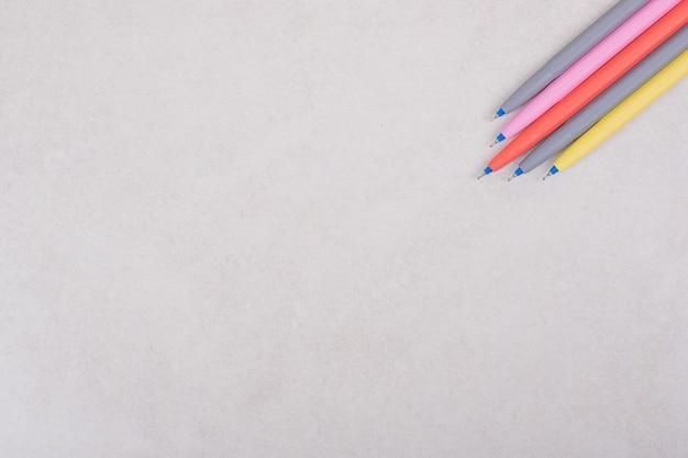 Marqueurs colorés sur fond blanc