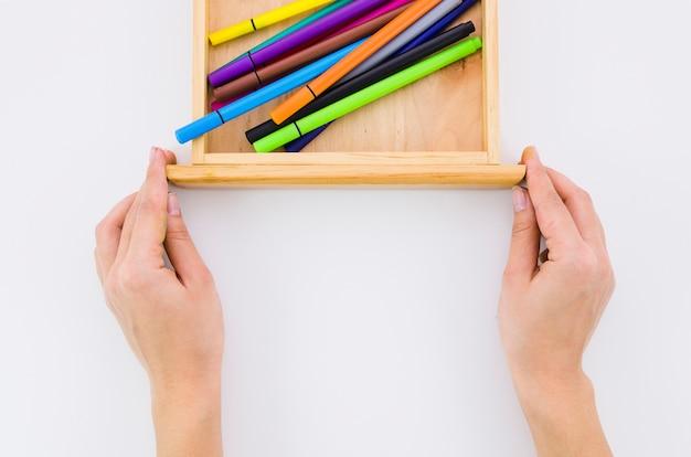 Marqueurs colorés à l'intérieur du tiroir