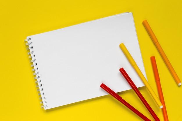 Marqueurs de couleur sur le bloc-notes