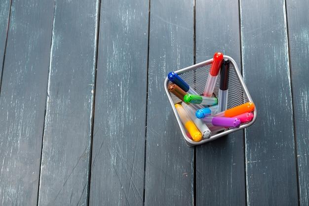 Marqueurs de couleur sur bois