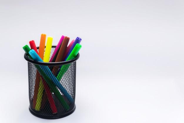 Marqueurs de couleur dans le panier