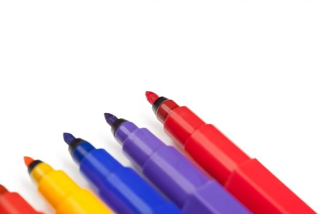 Marqueurs de couleur isolés sur blanc