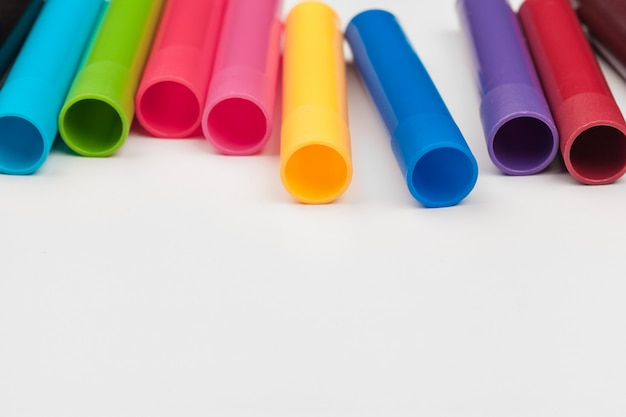 Marqueurs de couleur isolés sur fond blanc