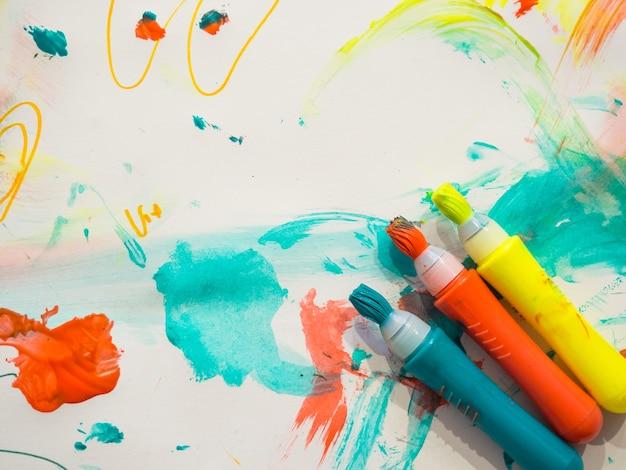 Marqueurs de couleur pour enfants avec des lignes de trait de pinceau sur fond de papier blanc peint macro selective focus