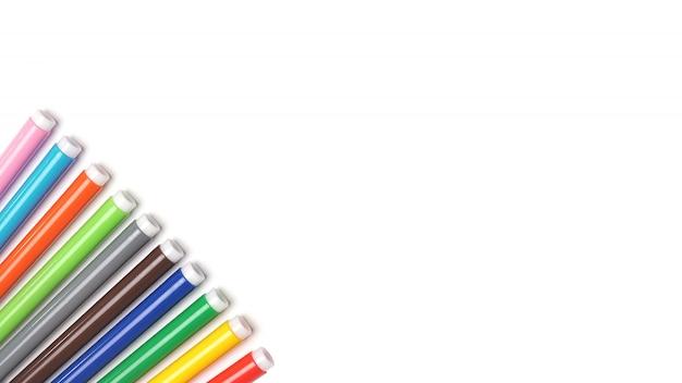 Marqueurs varicolores sur l'espace isolé blanc.