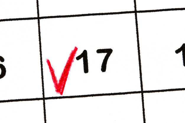 Marquez le numéro de date 17. le cinquième jour du mois est marqué d'un rouge.