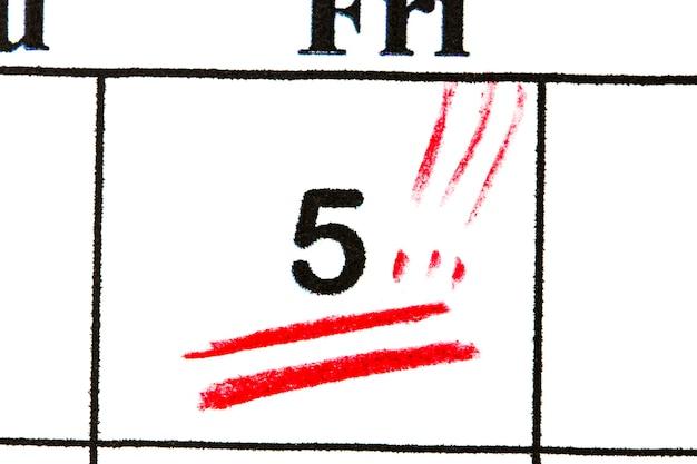 Marquez le numéro de date 5. le cinquième jour du mois est marqué d'un rouge.