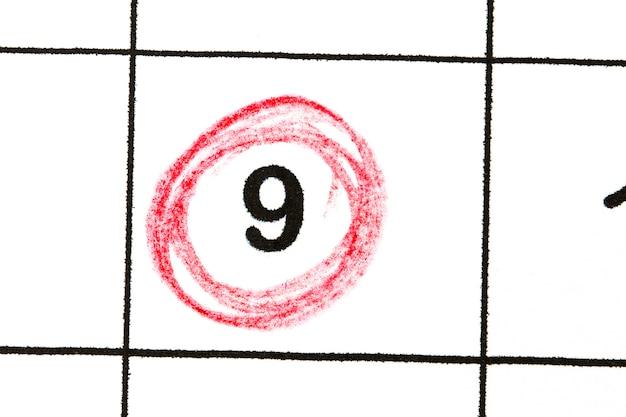 Marquez le numéro de date 9. le cinquième jour du mois est marqué d'un cercle rouge.