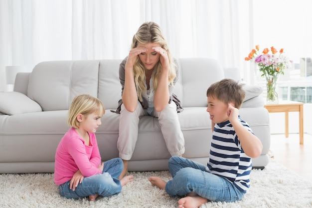 Marre mère en écoutant ses jeunes enfants se battre