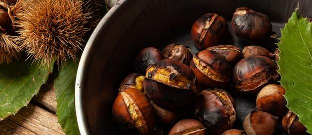 Marrons grillés dans une poêle en fer