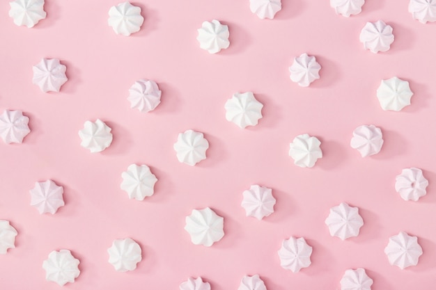 Marshmallows blancs sur le rose