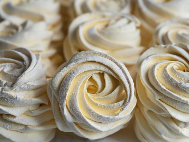 Marshmallows faits maison. zephyr d'abricots. fermer. bonbons maison.