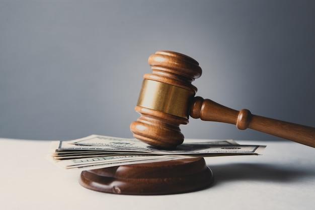 Marteau et argent au tribunal.