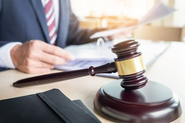 Marteau et bloc sonore pour la loi sur la justice et l'avocat travaillant sur un bureau en bois