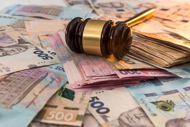 Marteau en bois sur l'argent de l'ukraine en arrière-plan. 500 et 1000 nouveaux uah grivna. concept légal ou enregistrer
