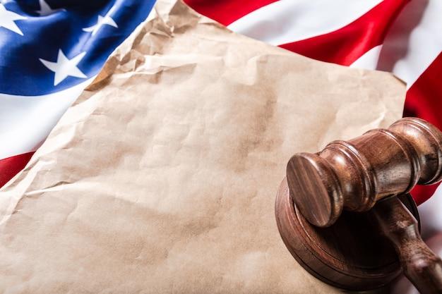 Marteau en bois et drapeau américain