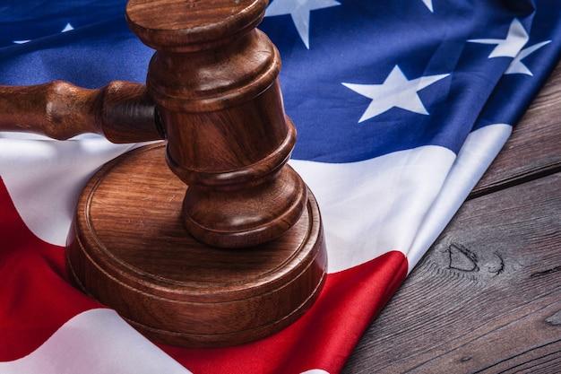 Marteau en bois et drapeau des états-unis sur la table se bouchent