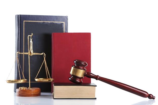 Marteau en bois avec des échelles de justice et des livres, sur blanc
