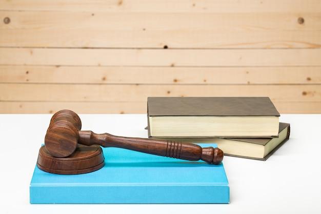Marteau en bois et livres sur une table en bois