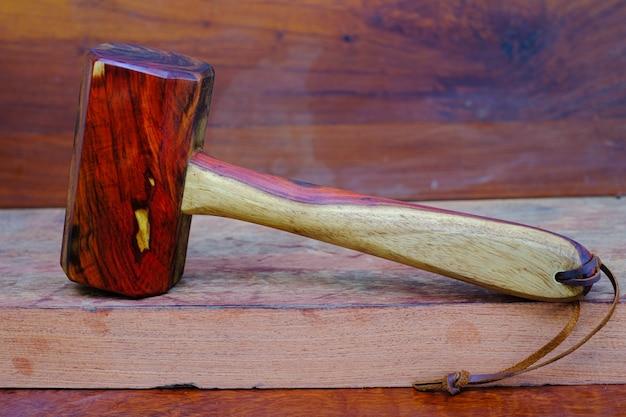 Marteau en bois de maillet en bois de rose et outil fait à la main en thaïlande pour être utilisé par un menuisier dans l'atelier sur l'ancien établi