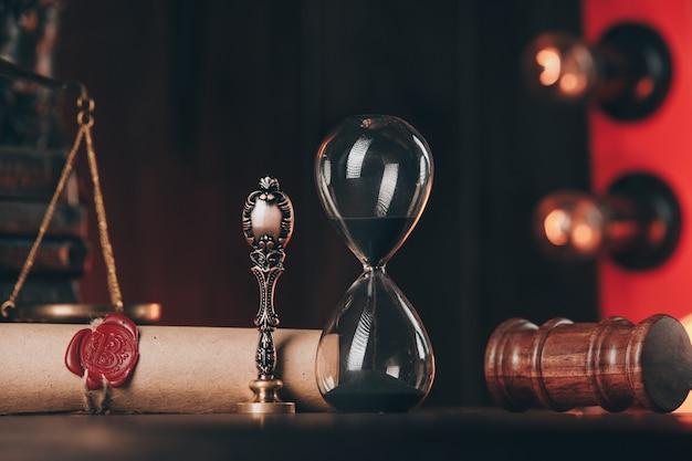 Marteau en bois, sablier et antique