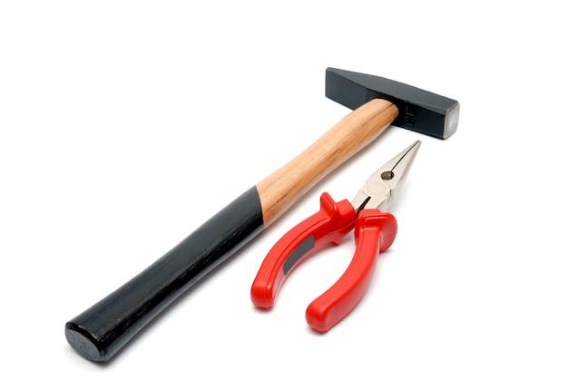Marteau de collection d'outils avec poignée en bois et pince à bec plat avec poignées rouges isolated over white