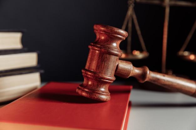Marteau de concept de loi sur le plan rapproché de livre rouge