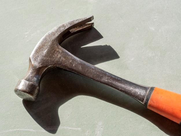 Marteau de construction sur cloison sèche. la vue d'en haut, des ombres dures. outils pour le travail