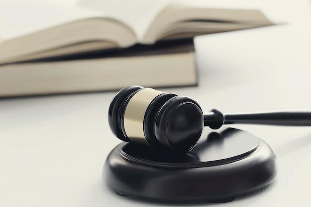 Marteau de cour et livres. concept de jugement et de droit