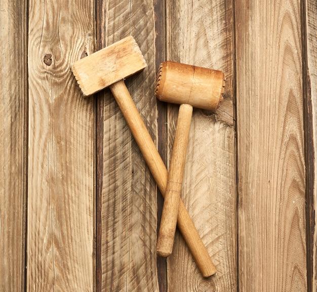 Marteau de cuisine en bois sur fond de planches grises