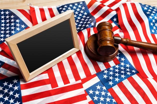 Marteau et drapeau américain